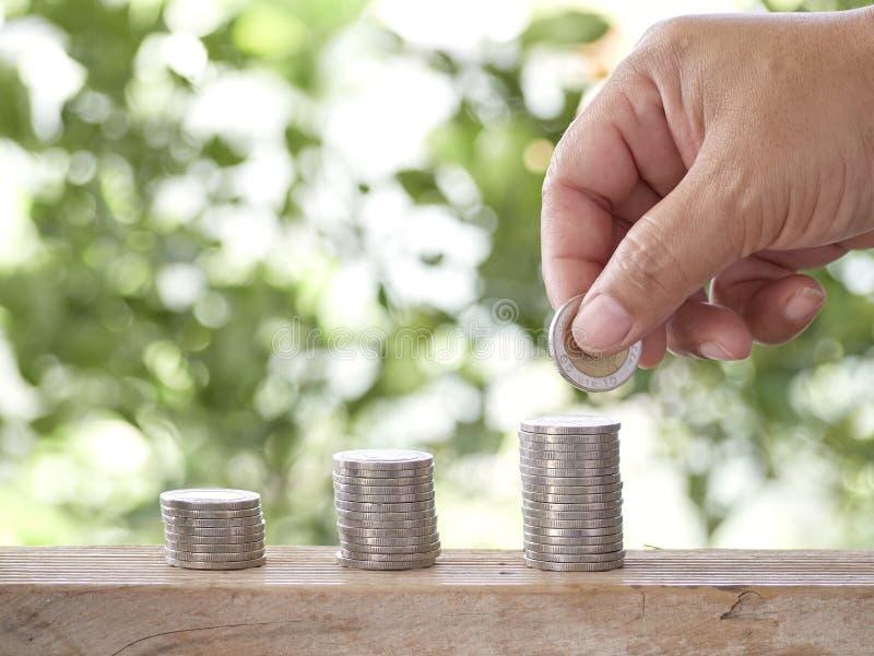 Mano cosechada que apila monedas foto de archivo libre de regalías