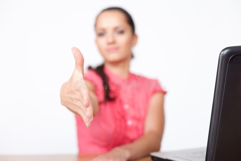 Mano d'estensione della donna di affari alla scossa immagini stock libere da diritti