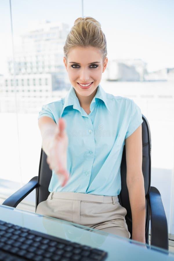 Mano d'offerta della donna di affari di classe allegra immagini stock libere da diritti