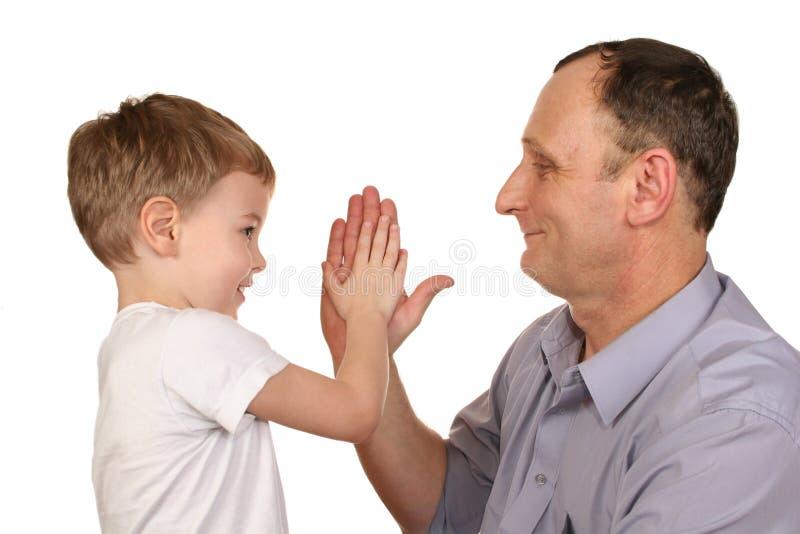 Mano de abuelo de la palmada del nieto foto de archivo libre de regalías