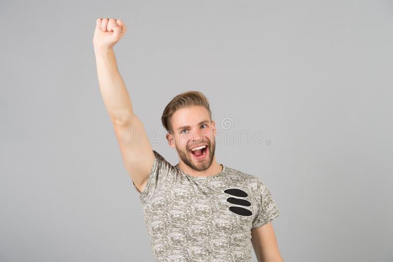 Mano de aumento afortunada del ganador atractivo barbudo del individuo para arriba Diversa bola 3d La cara feliz alegre del hombr fotografía de archivo