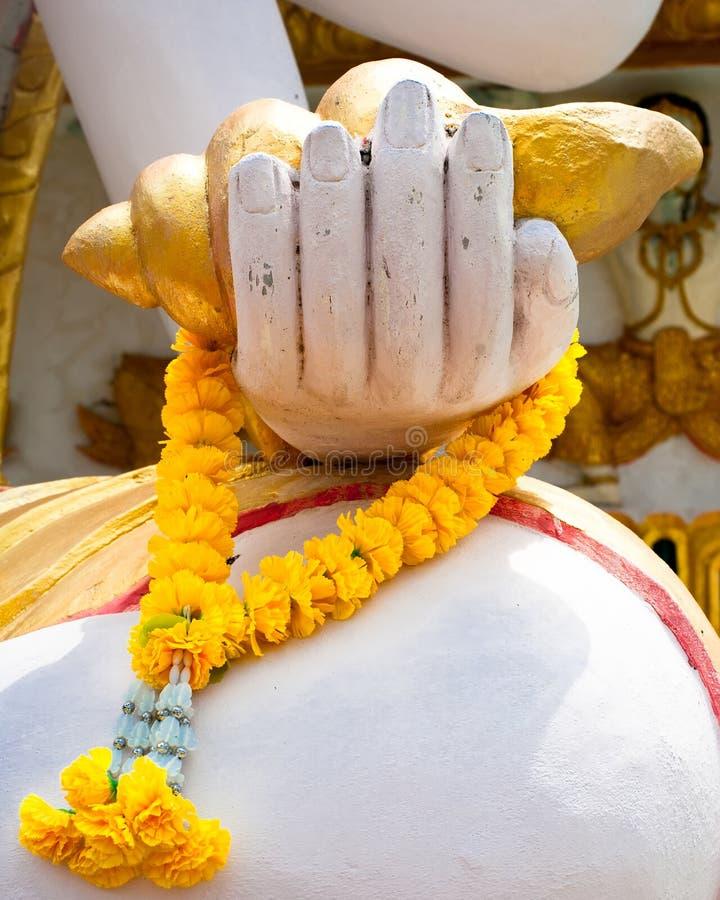 Mano de Buddhas con la guirnalda de la flor. Tailandia imagen de archivo