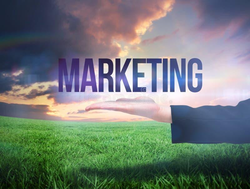 Mano de Businesswomans que presenta el márketing de la palabra imágenes de archivo libres de regalías