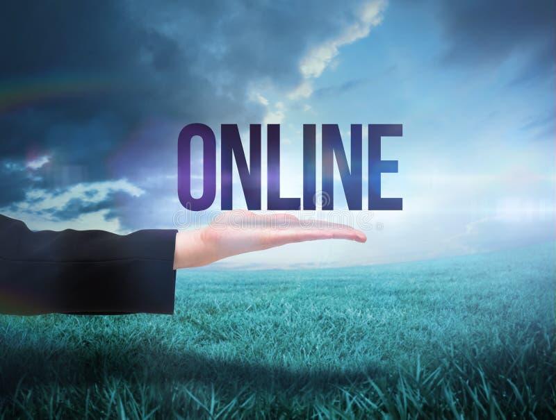 Mano de Businesswomans que presenta la palabra en línea imagenes de archivo