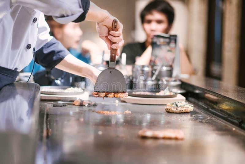 Mano de cocinar de la toma del hombre de la carne fotografía de archivo