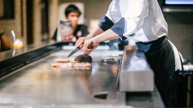 Mano de cocinar de la toma del hombre de la carne foto de archivo libre de regalías