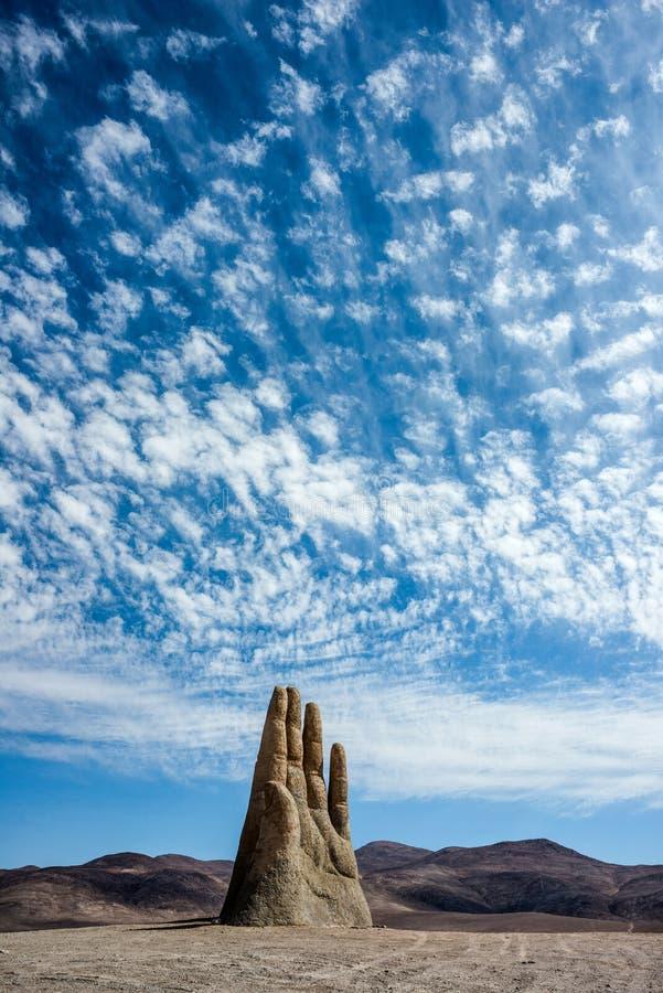 Mano de Desierto é uma escultura em grande escala perto de Antofagasta, o Chile imagens de stock