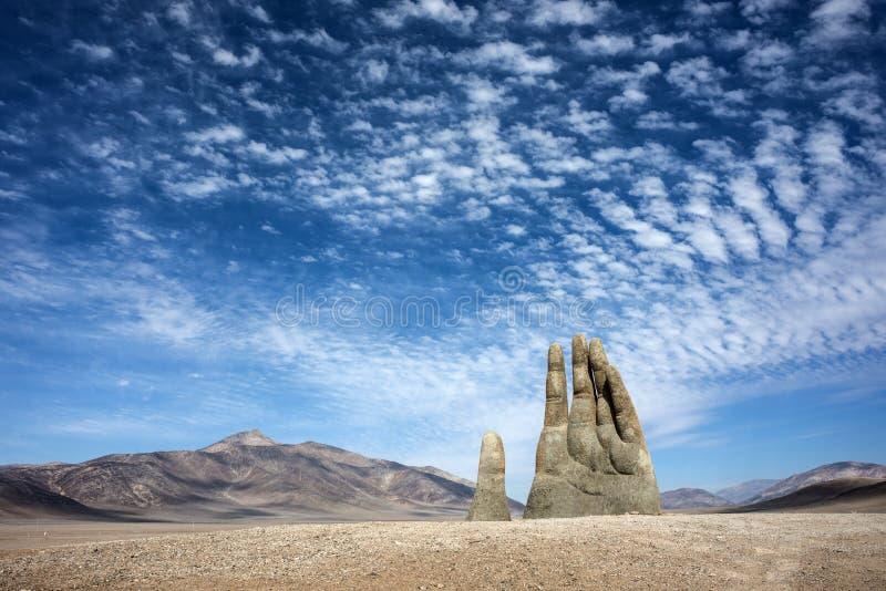 Mano de Desierto é uma escultura em grande escala perto de Antofagasta, o Chile fotos de stock royalty free