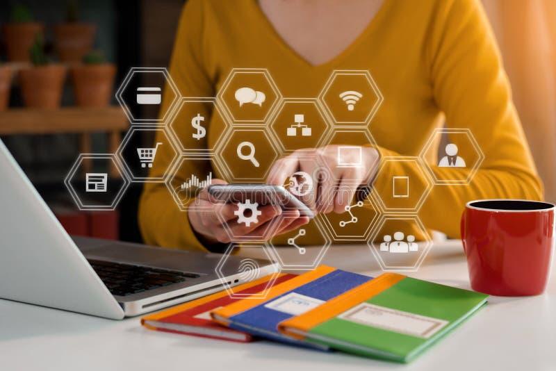 Mano de la empresaria que trabaja medios de comercialización digitales en pantalla virtual con el teléfono móvil y el cálculo mod fotos de archivo libres de regalías