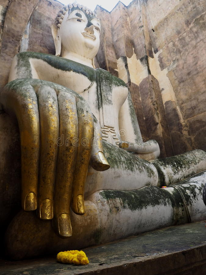 Mano de la estatua antigua de Buddha fotos de archivo