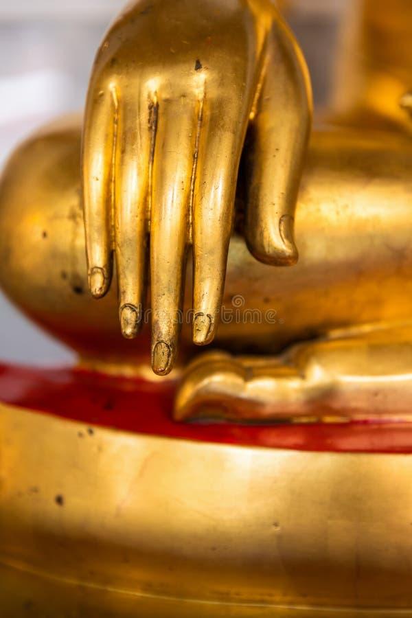 Mano de la estatua de oro de buddha fotos de archivo libres de regalías
