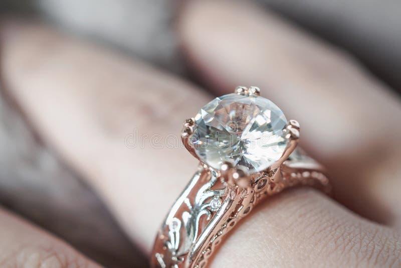Mano de la mujer con el anillo de diamante de la joyería foto de archivo