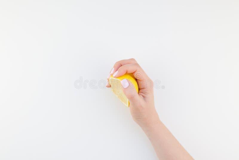 Mano de la mujer con el limón fotografía de archivo libre de regalías