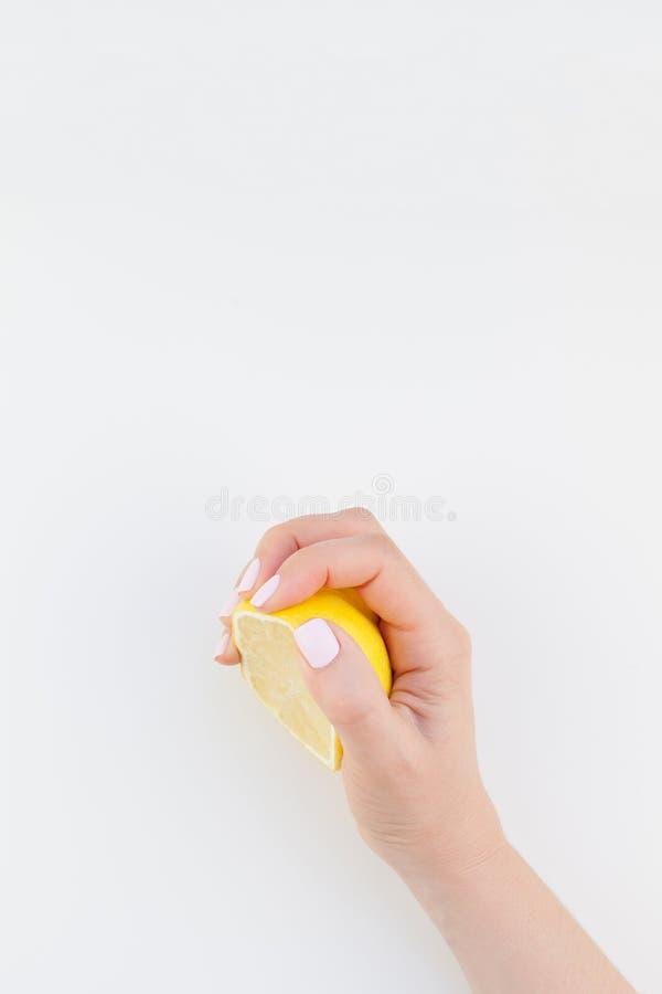 Mano de la mujer con el limón foto de archivo libre de regalías