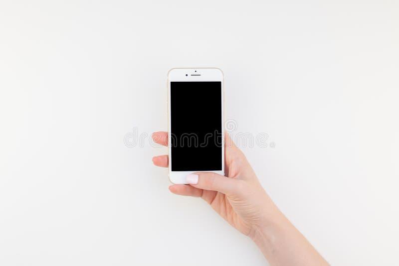 Mano de la mujer con Iphone 7 fotografía de archivo libre de regalías