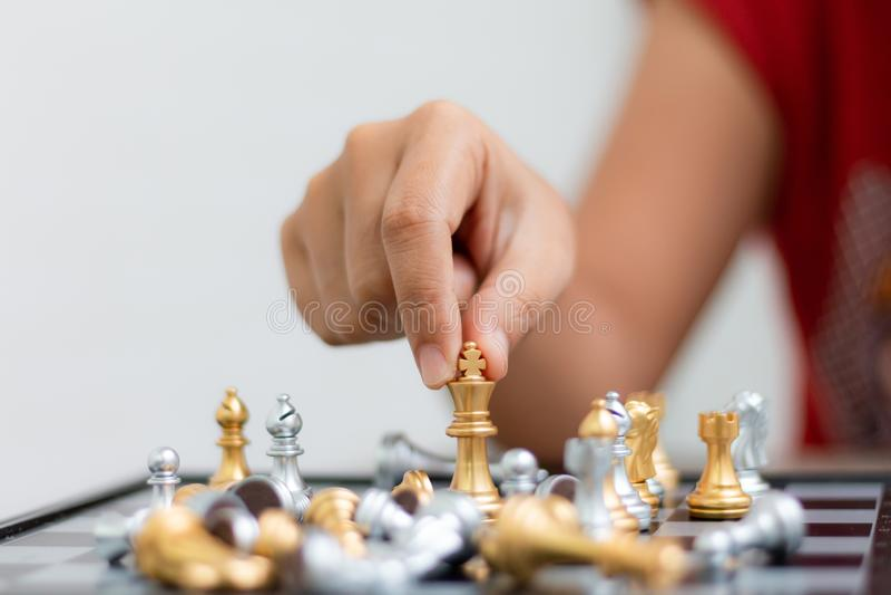 Mano de la mujer que juega al ajedrez para la t?ctica del negocio y que planea la profundidad baja del foco selecto de la met?for imágenes de archivo libres de regalías