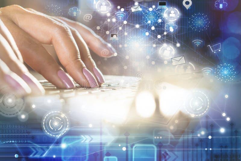 Mano de la mujer que mecanografía en el ordenador portátil del ordenador con la conexión de la tecnología y Internet de los icono fotos de archivo libres de regalías