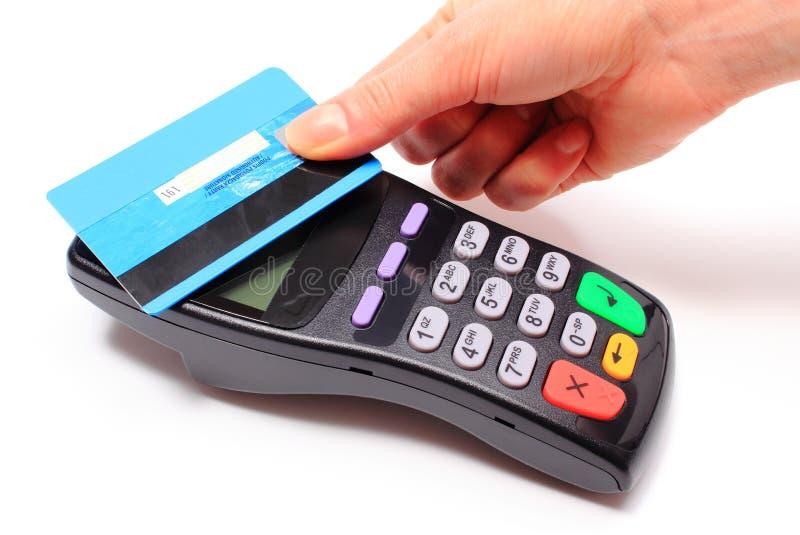 Mano de la mujer que paga con la tarjeta de crédito sin contacto, tecnología de NFC fotografía de archivo libre de regalías