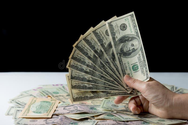 Mano de la mujer que sostiene el dinero, concepto del soborno fotos de archivo libres de regalías