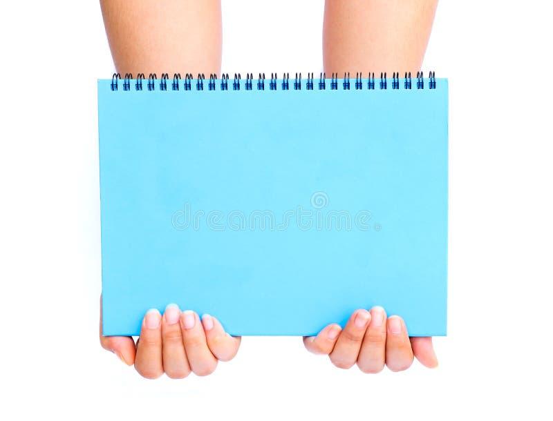 Download Mano De La Mujer Que Sostiene El Papel En Blanco Azul Imagen de archivo - Imagen de anuncio, gente: 64213127