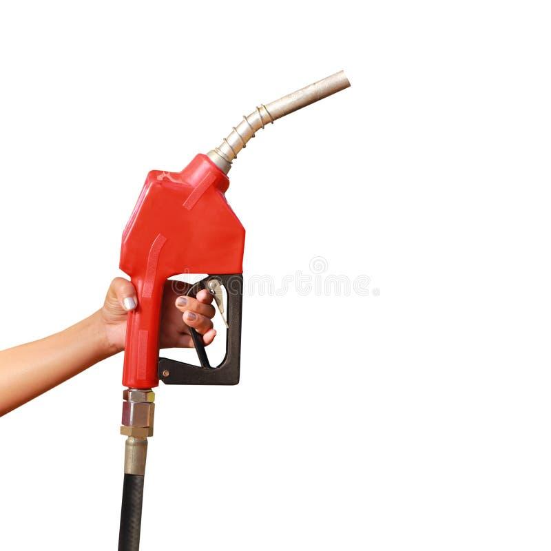 Mano de la mujer que sostiene un surtidor de gasolina en el fondo blanco imagenes de archivo