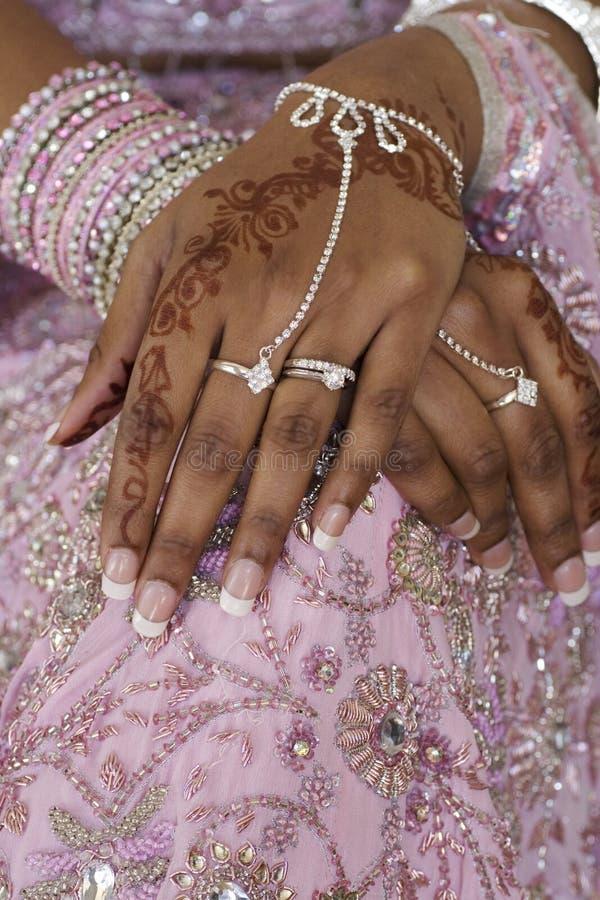 Mano de la novia con el tatuaje de la alheña, boda india fotos de archivo