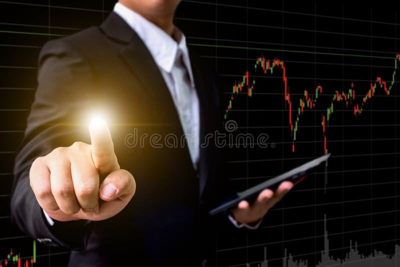 Mano de la pantalla virtual conmovedora del hombre de negocios con el mercado de acción ch imagen de archivo libre de regalías