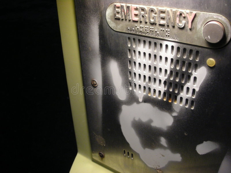 Mano de la pintada en el teléfono de la emergencia fotos de archivo