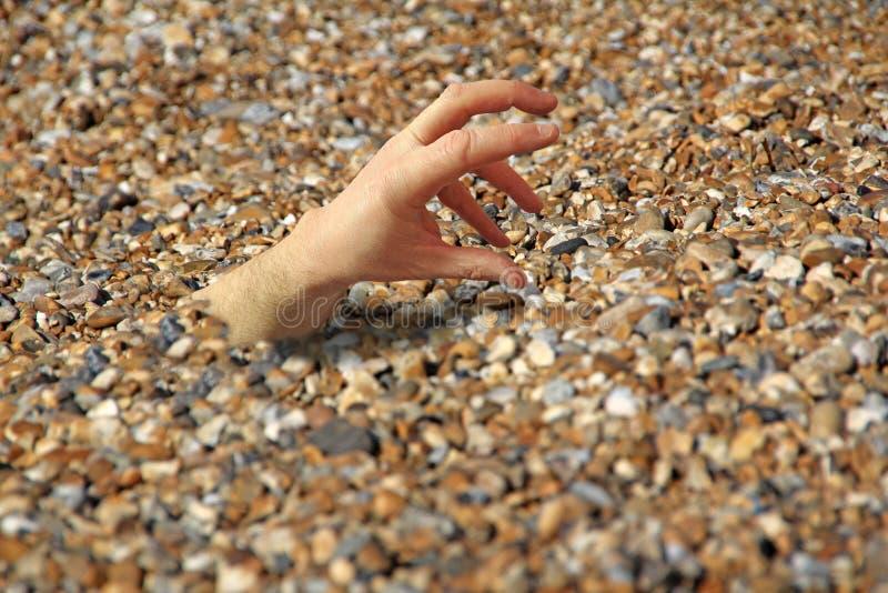 Mano de la playa del horror foto de archivo