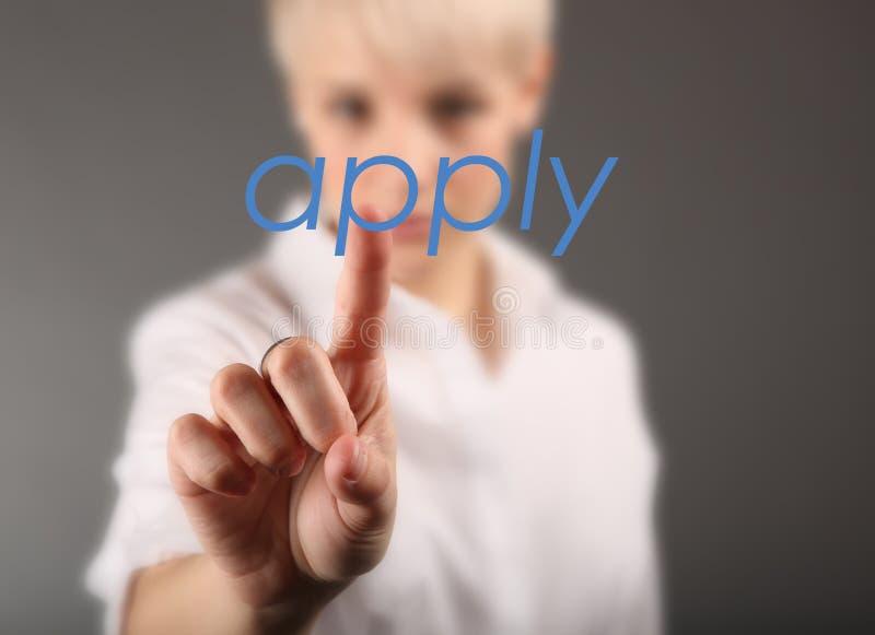 Mano de la publicidad del reclutador para que ofertas de empleo empleen para el negocio imagen de archivo libre de regalías