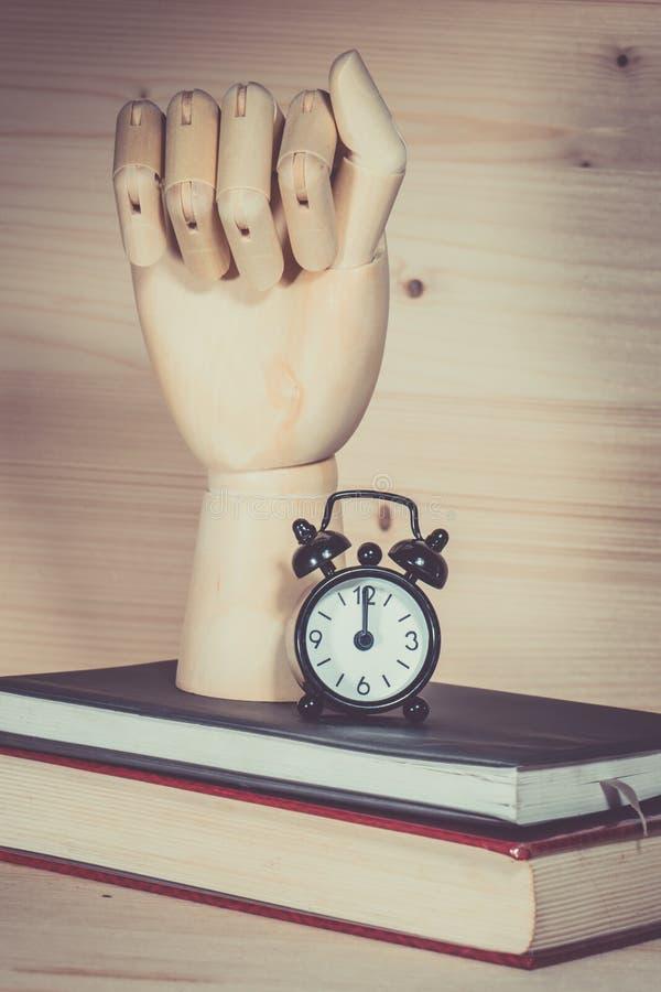 Mano de madera, alarma del reloj foto de archivo libre de regalías