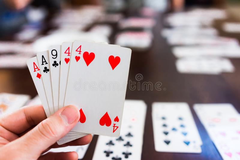 Mano de naipes en juego de tarjeta imagen de archivo libre de regalías
