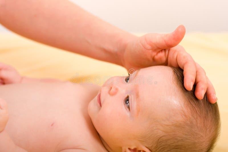 Mano de s del bebé sonriente y de un adulto '. imagen de archivo