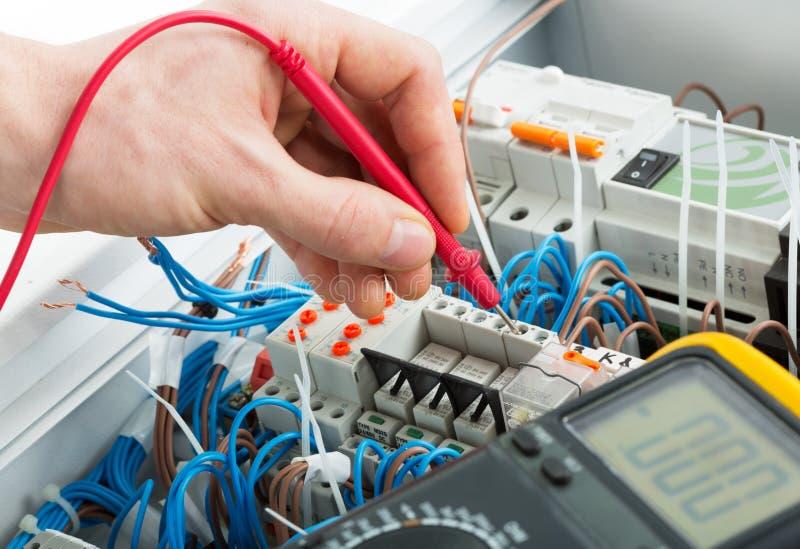 Mano de un electricista imágenes de archivo libres de regalías