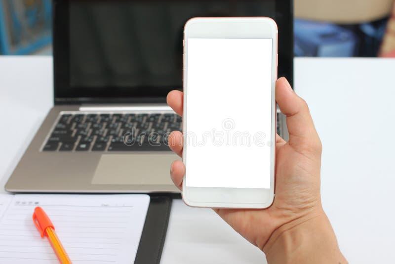 Mano de un hombre de negocios que sostiene un smartphone vacío fotografía de archivo libre de regalías