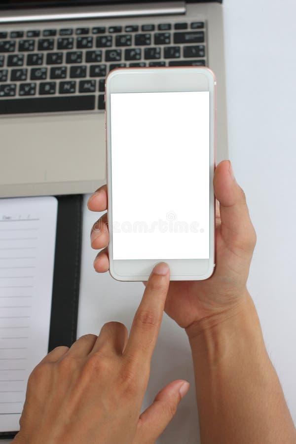Mano de un hombre de negocios que sostiene un smartphone vacío fotos de archivo