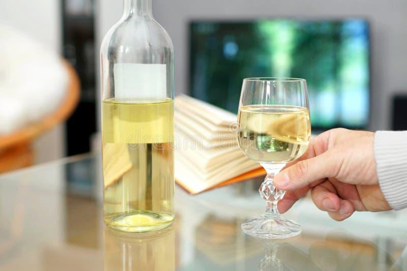 Mano de un hombre que sostiene un vidrio de vino fotografía de archivo