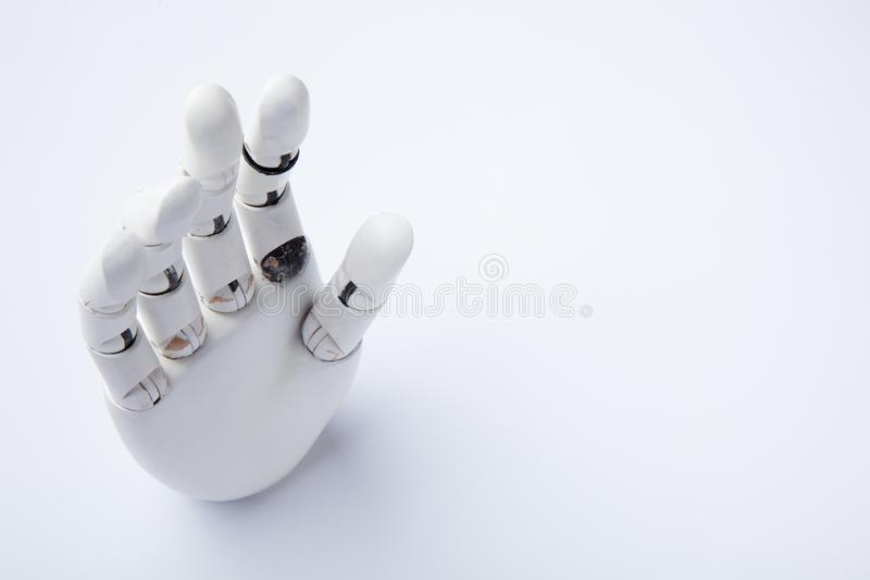Mano de un robot de la inteligencia artificial en un fondo blanco imagen de archivo
