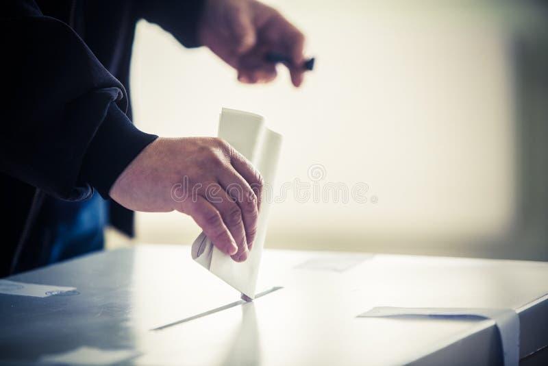 Mano de votación imagenes de archivo