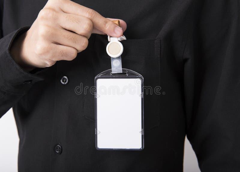 Mano degli impiegati che mostra il supporto di distintivo in bianco della carta di identificazione per il modello fotografia stock libera da diritti