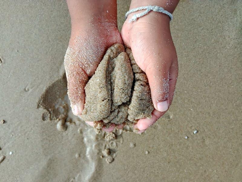 Mano del bambino, bambini che giocano la sabbia immagine stock libera da diritti