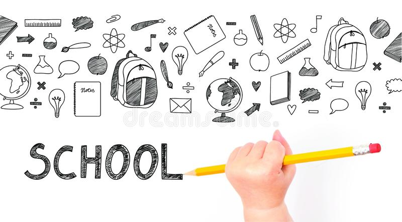 Mano del bambino che tiene una matita e un disegno fotografia stock