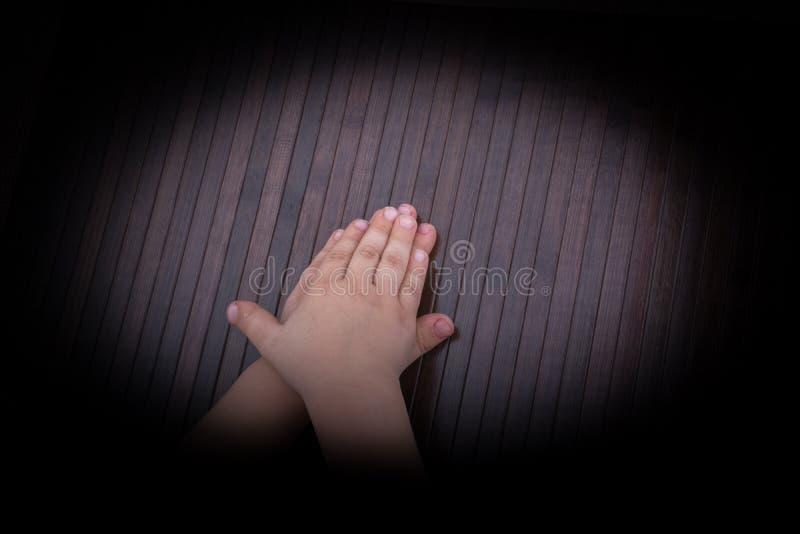 Mano del bambino con fondo scuro fotografia stock libera da diritti