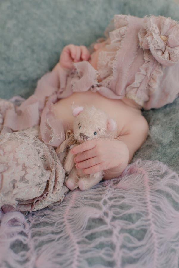 Mano del bebé y oso de peluche fotografía de archivo libre de regalías