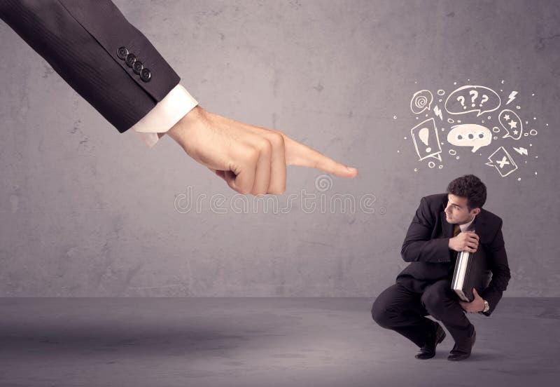 Mano del capo che indica all'impiegato confuso immagine stock