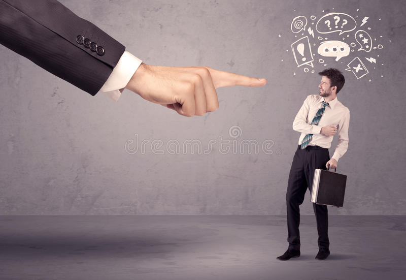 Mano del capo che indica all'impiegato confuso immagini stock