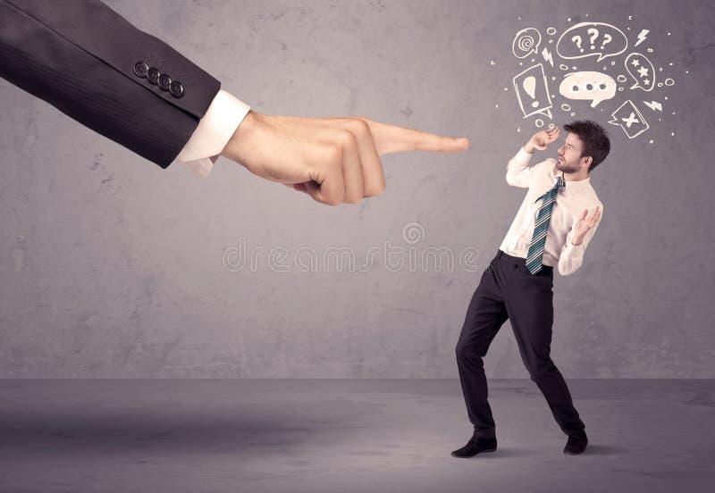 Mano del capo che indica all'impiegato confuso immagine stock libera da diritti