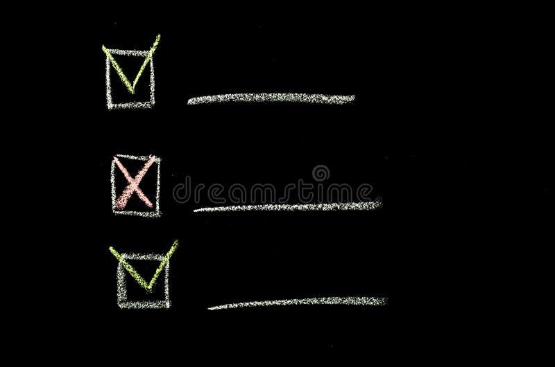 Mano del Checkbox dibujada en la pizarra imagen de archivo libre de regalías