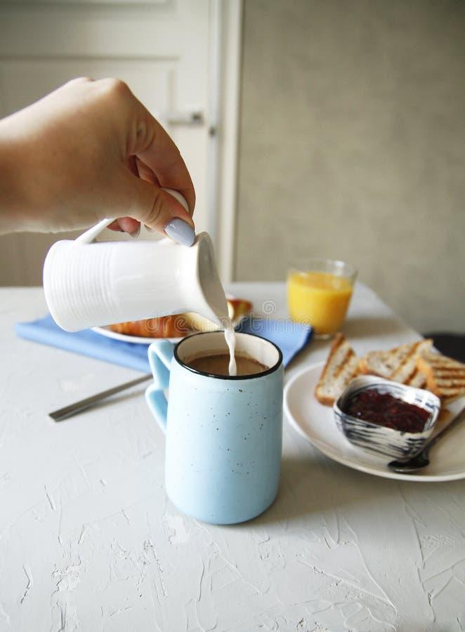 Mano del desayuno Vista lateral Fondo ligero Cierre para arriba fotos de archivo