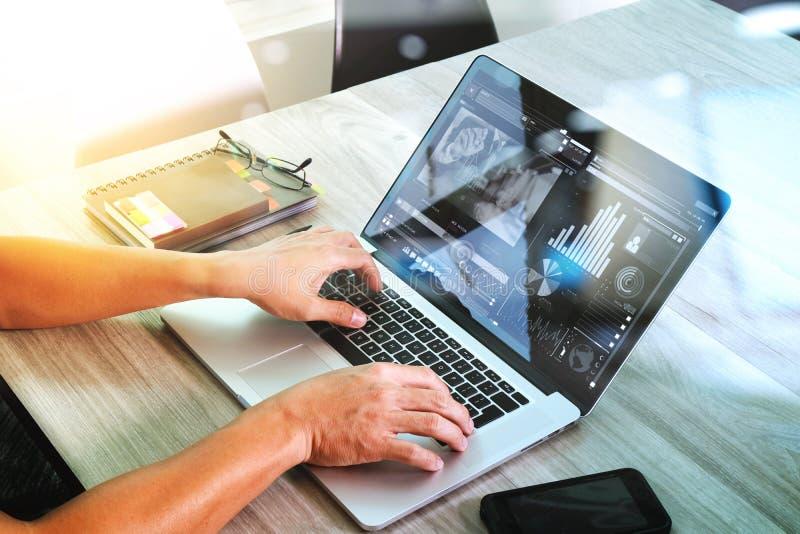 Mano del diseñador del sitio web que asiste a videoconferencia con COM del ordenador portátil imagenes de archivo